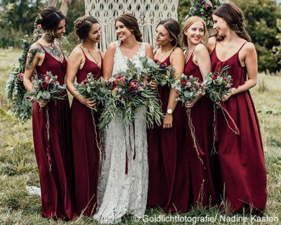 Bild zu Rock-Hochzeit - Brautfrisuren-Kollektion 2019