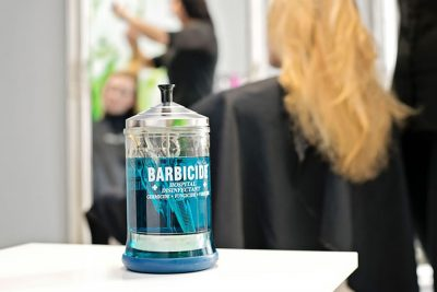 Bild zu Ansteckungsgefahren & Risiken für Salonpersonal und Kunden