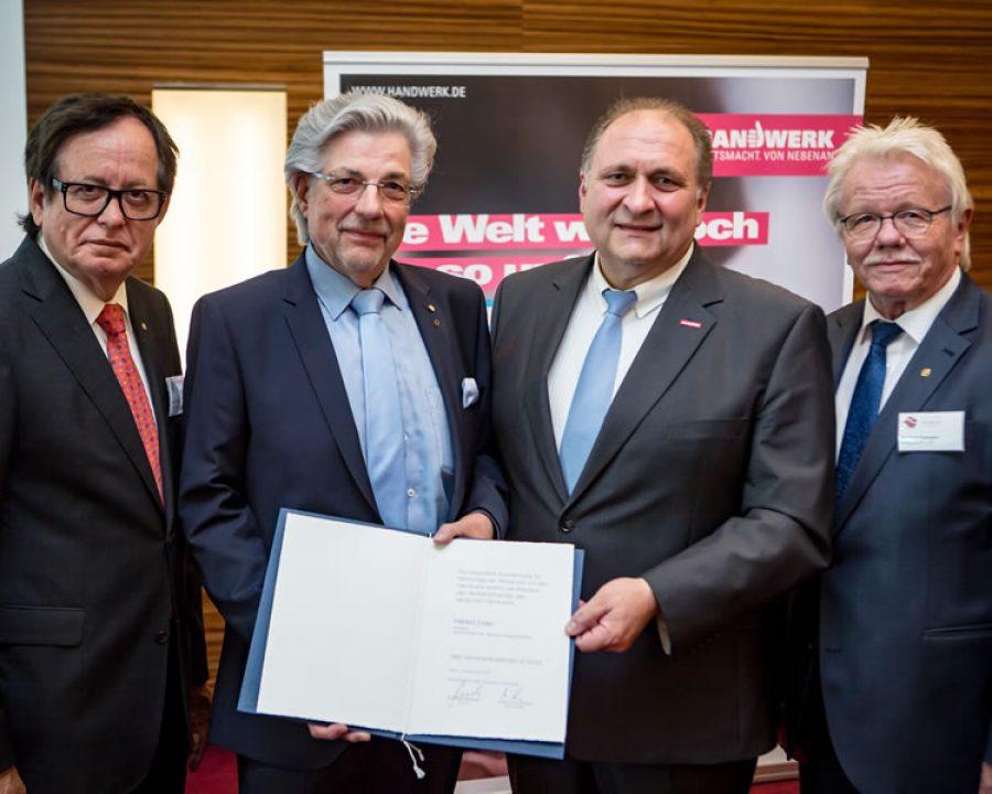 ZV Präsident Harald Esser erhält Handwerkszeichen in Gold