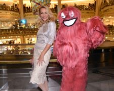 Jerry Hall eröffnet Weihnachtsaktion in Galeries Lafayette mit Hairdreams-Monster!: News, Szene