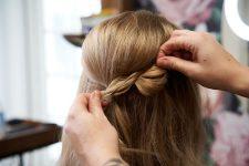 Frisuren-Trends 23 - Step-by-Step zum Weihnachtslook